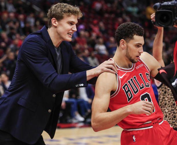 Chicago Bullsin Lauri Markkanen kannusti takamies Zach LaVinea Denver Nuggetsia vastaan.