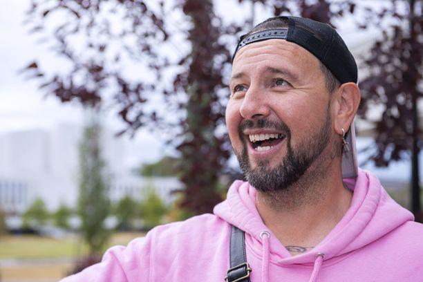 Esko Eerikäisestä on tullut suosittu radiopersoona Radio Novalla. Mies säteileekin nykyään rentoa lupsakkuutta, jota kuulijat kehuvat.