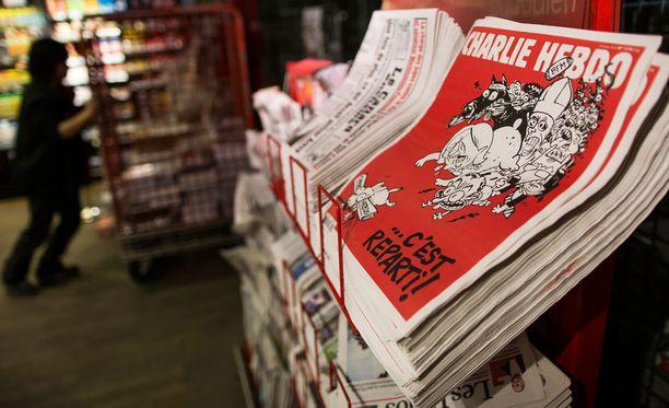 Charlie Hebdon uusia numeroita myynnissä Pariississa.