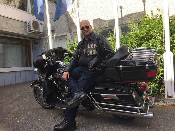 Mika Pohjonen on päässyt nuoruudesta jääneestä moottoripyöräpelostaan.