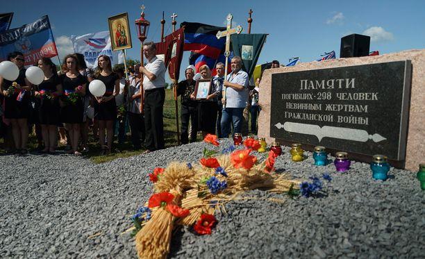 MH17-lennon muistoseremoniaan osallistujia Itä-Ukrainassa lähellä koneen maahansyöksypaikkaa Hraboven kylän lähellä.