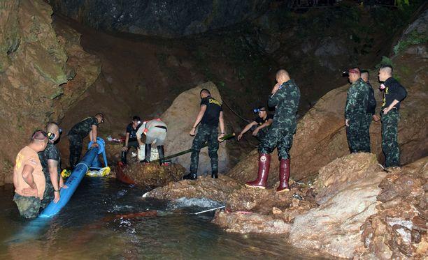 Sotilaat pumppasivat vettä tänään ulos Tham Luangin luolasta Chiang Raissa Thaimaassa.