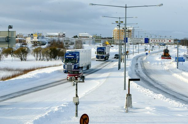 """""""Rajan yli kulkeminen kävellen tai autolla on helppoa"""", kertoivat tämän arkistokuvan kuvatiedot. Kuva Tornion ja Haaparannan rajalta."""