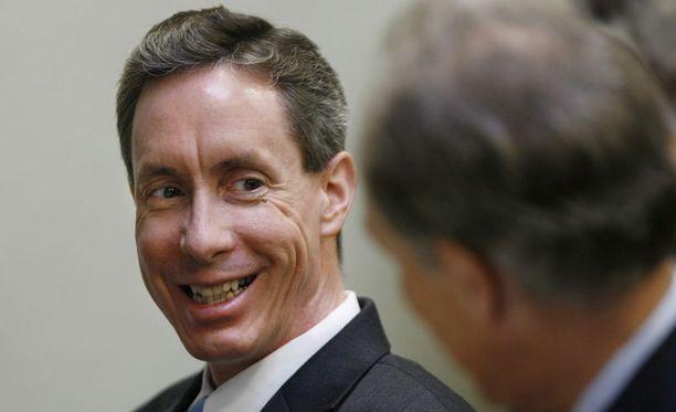 Saarnaaja hymyili asianajajalleen oikeudessa vuonna 2007.