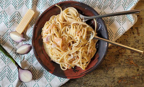 Kermaisessa pastassa on kalan kaverina sipulia ja juustoa.