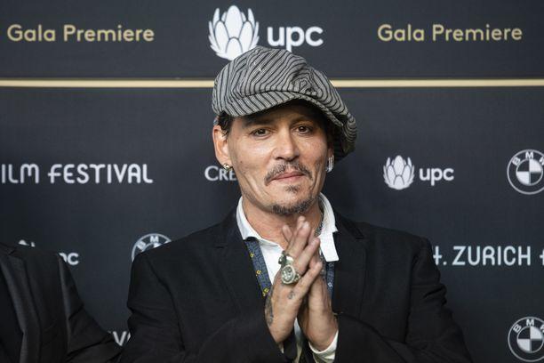 Yhdysvaltalaisnäyttelijä Johnny Depp kruunasi brittiparin hääpäiväjuhlallisuudet.