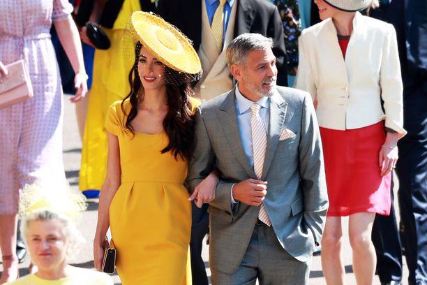 Amal ja George Clooney saivat hääkirkkoon saapuessaan kamerat räpsymään.