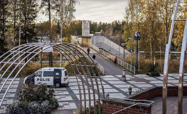 Vainaja ja huonossa kunnossa oleva mies löytyivät noin sadan metrin päässä vasemmalle tämän kuvan ottopaikasta. Arkistokuva Koivukylän asemalta viime syksyltä.
