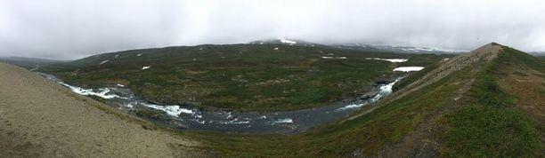 Valtijoki on jokiemme ehdottomia helmiä aivan Norjan rajan tuntumassa pohjoisimmassa Käsivarren Lapissa. Kuva on otettu Maailmanhuipulla, joka on nimensä mukainen uskomaton paikka.