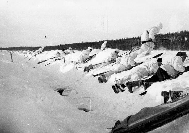 Suomalaiset lähdössä hyökkäykseen talvisodassa.