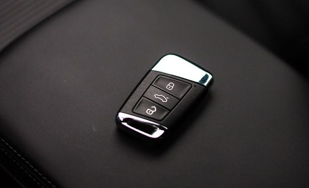 Monissa esimerkiksi Volkswagen-konsernin autoissa ikkunat voi avata etänä pitämällä ovien avauspainiketta pohjassa. Näin auton viilennyksen voi aloittaa jo autoa lähestyessä.