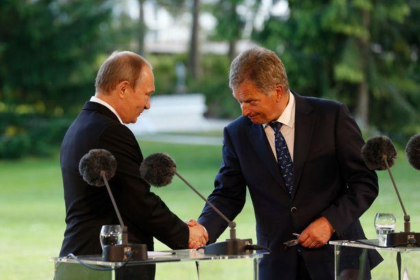 Sauli Niinistö otti transponderit esille Vladimir Putinin kanssa viime kesänä.