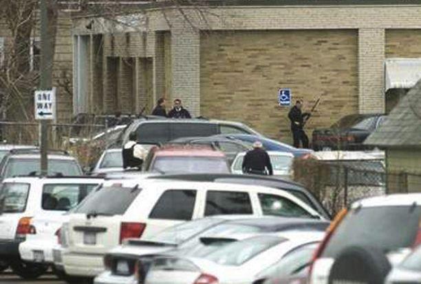 Poliisi piiritti rakennuksen pian ammuskelun alettua.
