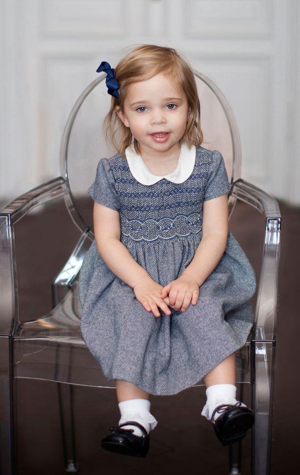 Näin suloisesti Leonore poseerasi 2-vuotissyntymäpäiväkuvassaan.