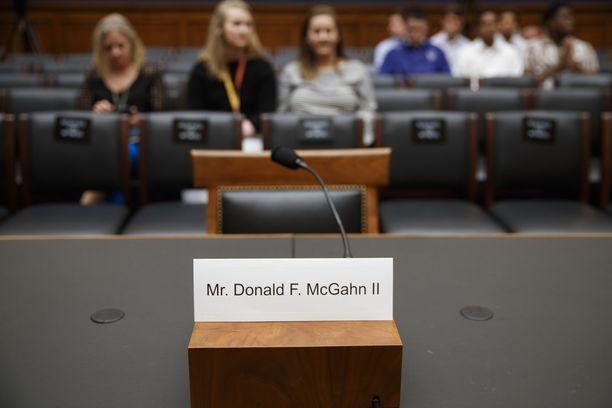 Valkoisen talon entinen lakineuvonantaja Donald McGahn on viimeisin alahuoneeseen haastetuista henkilöistä, joka ei saapunut paikalle. Kuva oikeuskomitean istunnosta tiistailta.