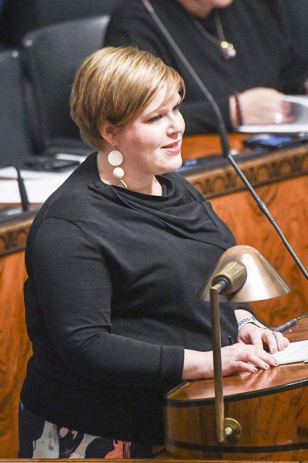 Annika Saarikon perheeseen on tiedossa syksyllä lisää vipinää syysvauvan merkeissä. Kuvassa ministeri eduskunnassa helmikuussa 2019.