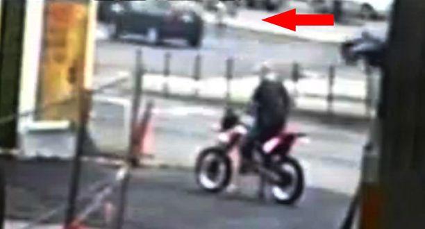 Toisessa kuvassa pyöräilijä menettää tasapainonsa.