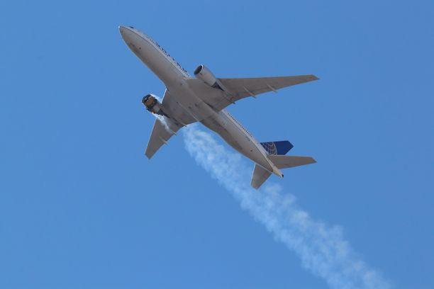 Moottorivian saaneesta koneesta putosi osia Broomfieldin esikaupunkialueelle. Koneessa oli 231 matkustajaa.