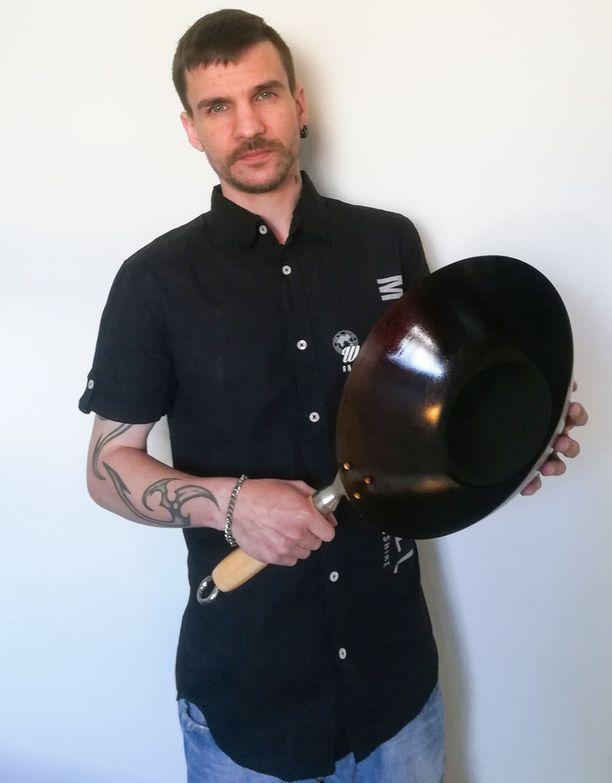 - Tärkein väline kiinalaisia stir fry -ruokia valmistaessa on tietenkin wokkipannu. Suosin hiiliteräswokkia niiden kestävyyden ja pitkäikäisyyden vuoksi. Ne kestävät korkeita lämpötiloja paremmin kuin pinnoitetut wokit, Jukka Tammela sanoo.