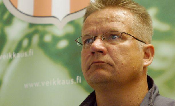 Allianssin valmentaja Ari Tiittanen siirtyi sivuun ennen Haka-ottelua.