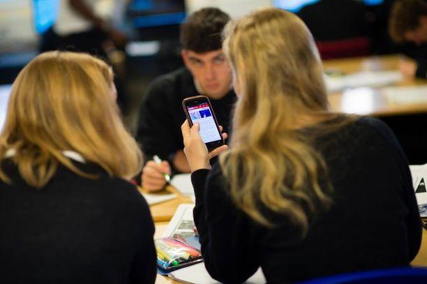 Opettajat ovat huolissaan uudesta Periscope-ilmiöstä. Videoklippi oppitunnilta on yhtäkkiä ollut kaikkien nähtävänä netissä, ja muiden joukossa opettaja on vasta jälkikäteen kuullut siitä. Kuvituskuva.