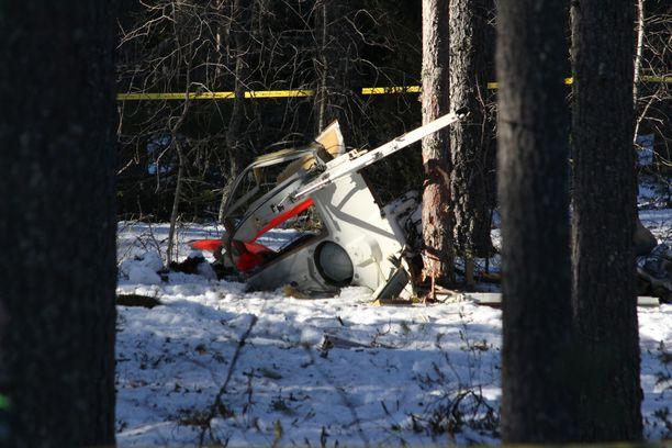 Ilma-alus putosi puiden keskelle ja näytti pahoin tuhoutuneelta.