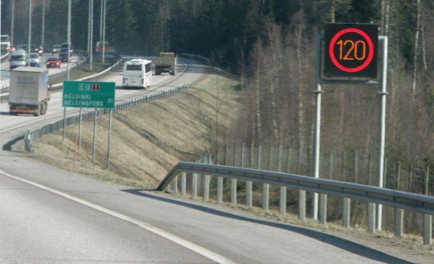 Liikennevirastosta muistutetaan, että huonoissa keliolosuhteissa oikea tilannenopeus voi olla huomattavasti alhaisempi kuin nopeusrajoitusmerkin ilmoittama lukema.