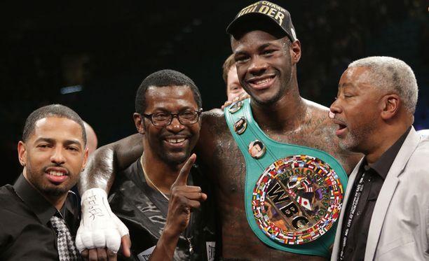 Deontay Wilder saavutti WBC-liiton maailmanmestaruuden tammikuussa 2015, kun hän voitti kanadalaisen Bermane Stivernen kaikin tuomariäänin. Wilder on puolustanut titteliään menestyksekkäästi viisi kertaa.