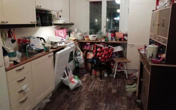 Asiakkaan keittiö ennen Lauran apua.