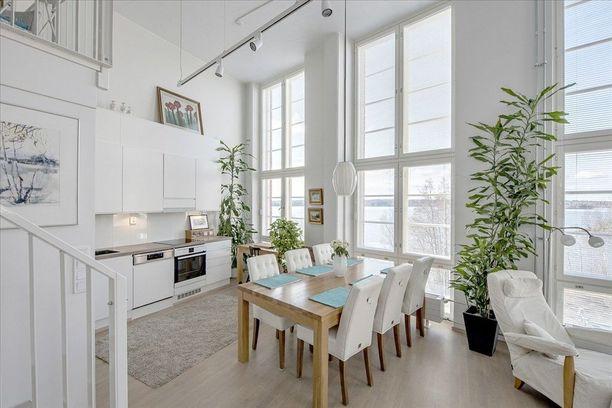 Voiko kauniimpia keittiönikkunoita enää ollakaan? Kolme täyskorkeaa ikkunaa lähes vierivieressä komeilla näköaloilla. Plussana vielä valon tuoma tilantuntu.