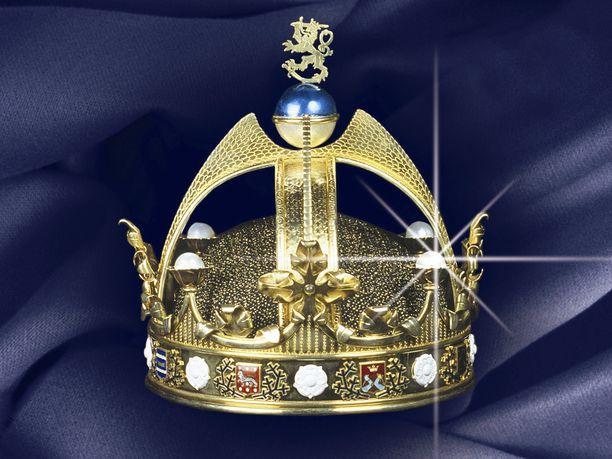 Suomen Kuninkaan saapumiseen valmistauduttiin aikoinaan jo monin tavoin. Akseli Gallen-Kallela ja hänen oppilaansa Eric O.W. Ehrström mm. suunnittelivat asuja palvelusväelle. Ehrström piirsi myös kruunun, jota ei kuitenkaan ehditty valmistaa. Yli kaksikiloisen kruunun piirustukset olivat kadoksissa yli 60 vuotta, kunnes ne löytyivät E.N.Setälän arkistosta. Kultaseppämestari Teuvo Ypyä apulaisineen valmisti ja toteutti kruunun näköisversion alkuperäisten piirustusten perusteella 1990-luvulla. Kruunu on nähtävillä Kemin Jalokivigalleriassa.