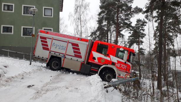 Paloauto ajautui liukkaalla pihalla metsärinteen puolelle, oltuaan auttamassa toista kiipeliin jäänyttä ajoneuvoa.