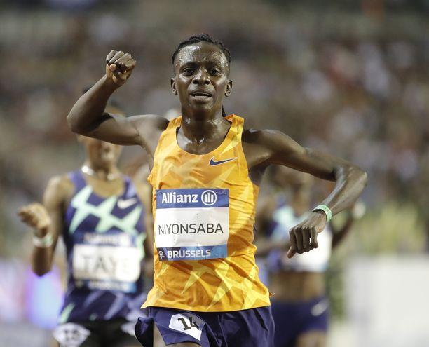 Burundin Francine Niyonsaba teki naisten 2 000 metrin juoksun uuden ME:n 5.21,56.