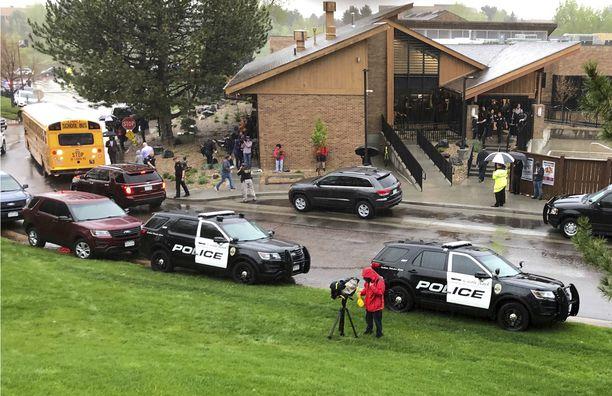 Ainakin seitsemän oppilasta on loukkaantunut Denverin kaupungin lähistollä sijaitsevassa koulussa tapahtuneessa ammuskelussa.