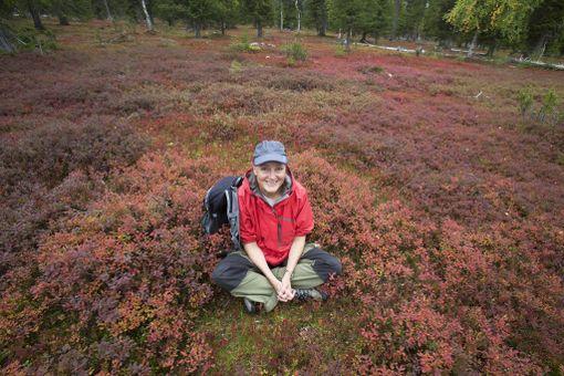 Tea Karvinen Urho Kekkosen kansallispuistossa. Kuvateoksen laatiminen toi hänet kansallispuistoihin eri vuodenaikoina.