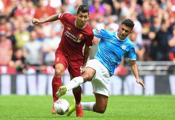 Manchester Cityn suurhankinta Rodri (oik.) riisti pallon Liverpoolin Roberto Firminolta.