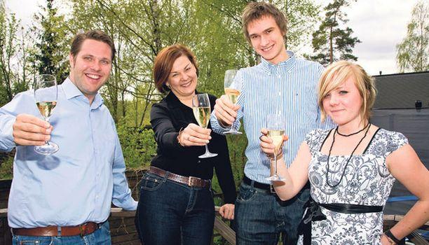 KIPPIS JA ONNEA! Antti Uusitalo (vas.), Nina Witikka, Stefan Ojanen ja Riikka Salminen sokkomaistoivat 13 alle seitsemän euron kuohuviiniä.