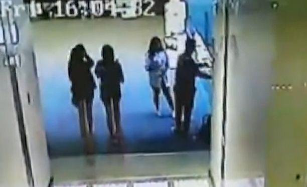 Valvontakameran kuva hetkeä ennen kun poika syöksyi kuolemaansa.
