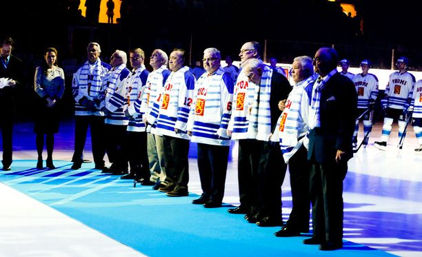 Vuoden 1965 MM-kisajoukkueen jäsenet esiteltiin Hakametsän jäähallin yleisölle torstaina.