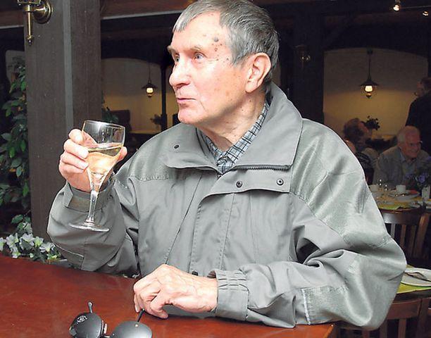 LASILLINEN VAIHTELUKSI – Tulin, kun tämmöinen matka Ollinmäen viinitilalle järjestettiin. En yleensä käytä alkoholia, mutta nyt maistelin lasillisen valkoviiniä, kun vaikutti niin hyvältä. Ehdottomasti tällaisessa paikassa pitää saada myös kahvia, jotain pientä ruokaa ja vähän esittelyä tilasta, jyväskyläläinen Heikki Saares miettii.