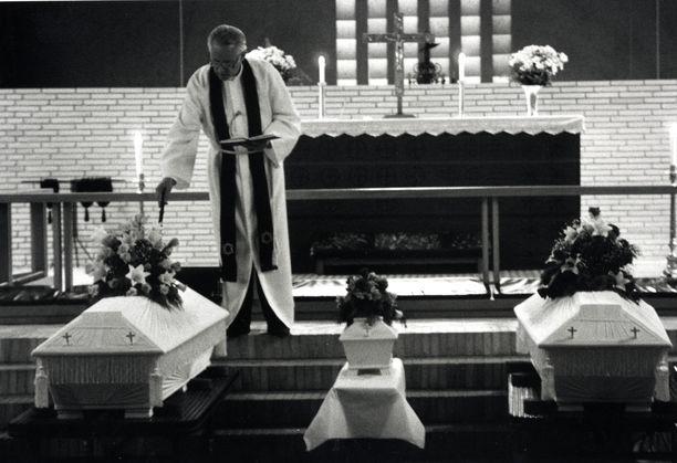 Nämä kuvat järkyttivät koko Suomea. Pikkuruinen arkku oli sijoitettu äidin ja isän arkkujen väliin.