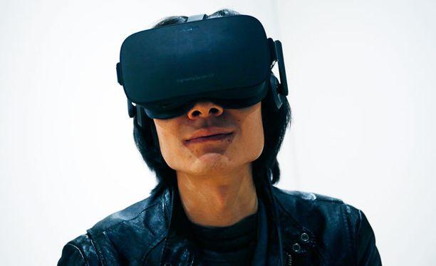 Vierailija testaa Oculus Rift -virtuaalikypärää kuluttaja-elektroniikan CES-messuilla Las Vegasissa.
