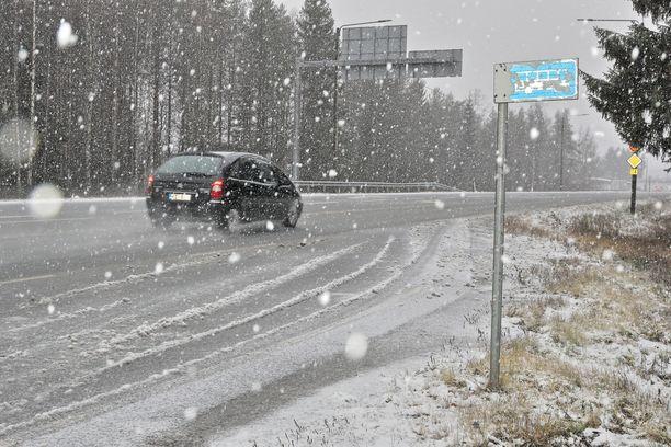 Lumisade voi haitata liikennettä maanantaina. Kuvituskuva.