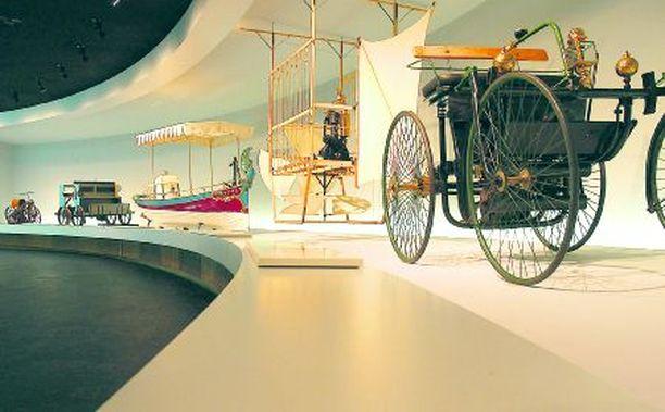 Museon sisällä kierretään spiraalinmuotista reittiä pitkin ja kohdataan koko autoilun historia alkaen siitä esiautosta.
