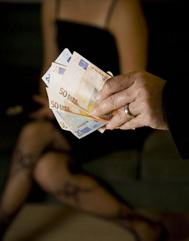 Eroottisiksi tanssijoiksi naamioituneilta naisilta on voinut ostaa myös seksipalveluja.