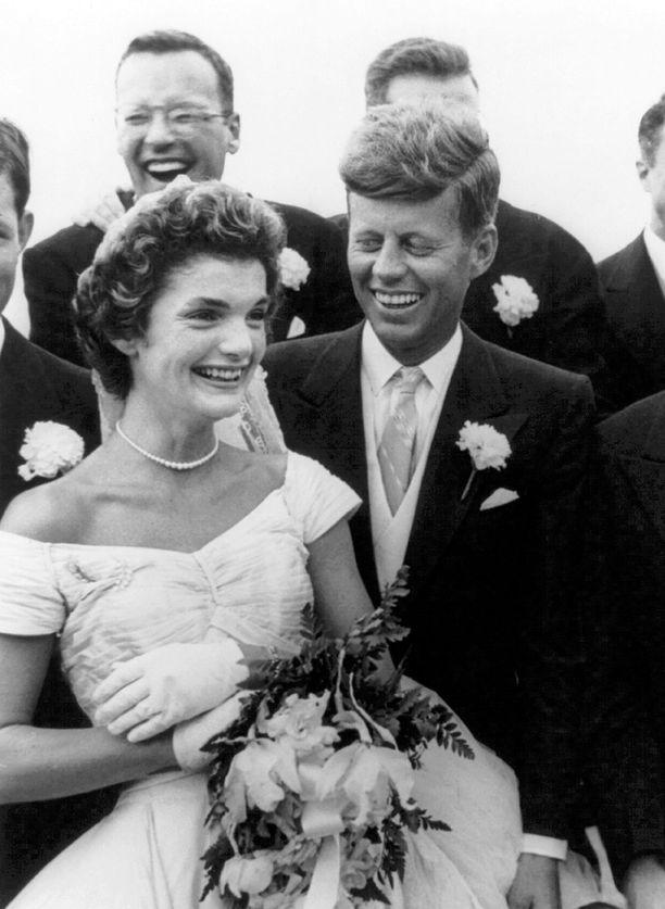 Senaattori John F. Kennedy ja Jacqueline Bouvier menivät naimisiin syyskuussa 1953. Vain viikkoja aiemmin Kennedy oli aloittanut suhteen ruotsalaisen Gunilla von Postin kanssa.