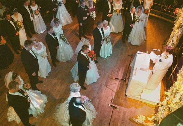 Cinderella-aluksella oli hääristeily 1.1.2000. 70 paria meni risteilyllä naimisiin.