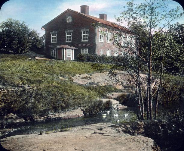 Maalaistalo Espoossa, kerrottiin tästä kuvasta. Tarkkasilmäiset lukijat osasivat kuitenkin kertoa että maalaistaloksi nimitetty rakennus on kuitenkin Espoonkartano, ja kuva on otettu ennen talon laajennusta vuonna 1915. Kokoelmista löytyy siis 20-lukua vanhempiakin otoksia.