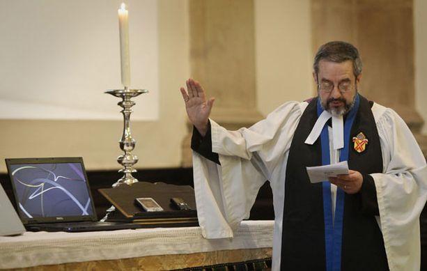 Kirkkoherra David Parrot siunauspuuhissa.