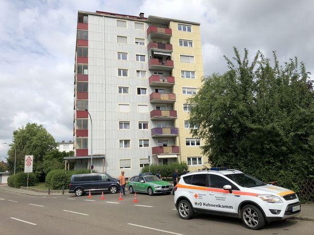 Aviomies hyppäsi naapurin mukaan neljännestä kerroksesta parvekkeelta alas.